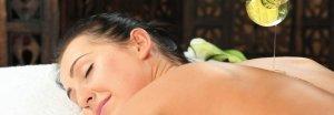 Warmes Öl hilft zur Entspannung bei einer Rückenmassage