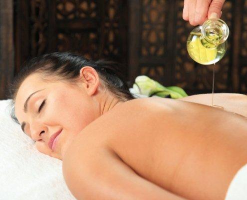 Aromaoelmassage mit ätherischen Ölen