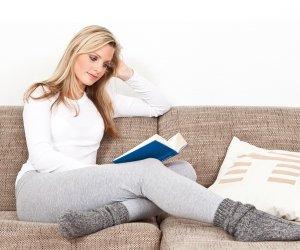 Frau liest ein Buch, Entspannung, Wellness zu Hause geniessen