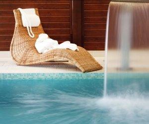 Liege im Schwimmbad mit Wasserfall, Entspannung und Wellness