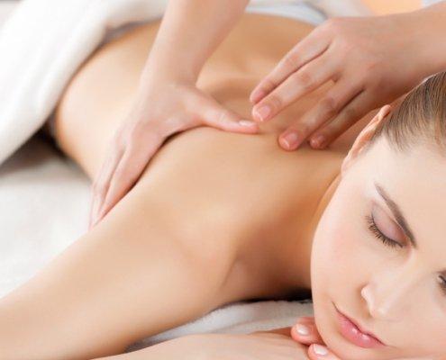 Frau geniesst Rückenmassage zur Entspannung