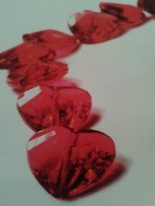 Rote Glasherzen als Zeichen der Liebe