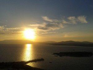 Sonnenuntergang über dem ägäischen Meer im Herbst