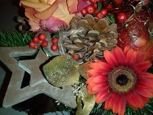 Weihnachtsblumenstrauss mit Gerbera, Rosen und Holzstern