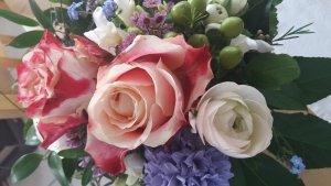 Blumenstrauss mit pinkfarbenen Rosen zum Muttertag