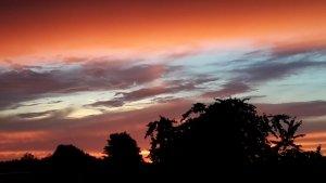 Sommerlicher Abendhimmel nach einem Gewitter mit farbigen Wolken